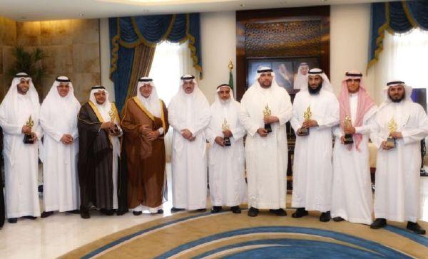 أمير منطقة مكة المكرمة يكرم قائد المدرسة أ. خالد النقلي