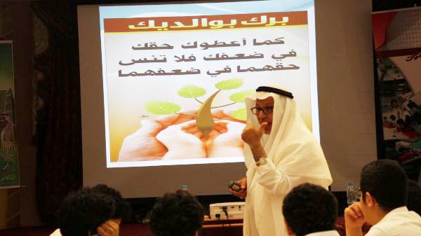 الدكتور  القرشي يلقى محاضرة لطلاب القسم الثانوي