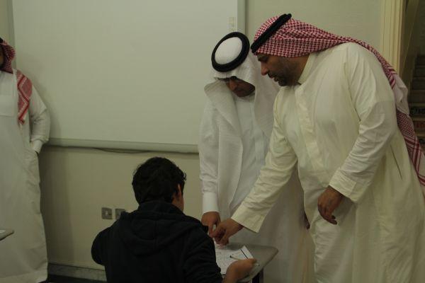 المشرف التربوي بمكتب التعليم بالنسيم يتفقد لجان الاختبار بالقسم الثانوي