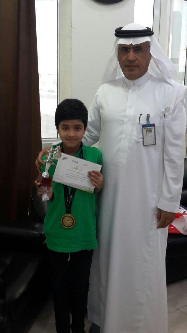 تكريم المدير العام للطالب / يمان نذار جوهر لشجاعته