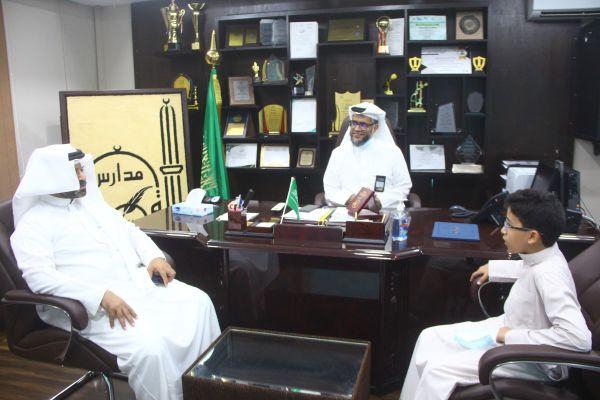 تكريم قائد المدرسة للطالب مشعل محمد علي عطية