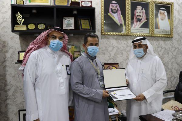 تكريم مدير الشؤون المدرسية ورئيس شعبة الاجتماعيات للأستاذ عصام رمضان