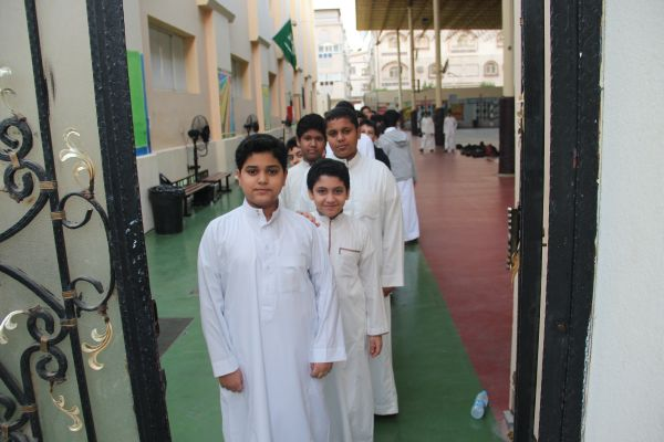 طلاب القسم المتوسط يمارسون رياضة المشي