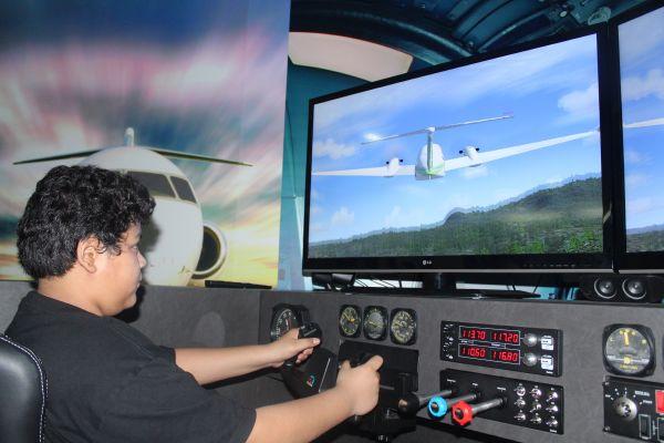 طلاب المتوسط يحلقون بطائرة الأقصى في سمائها