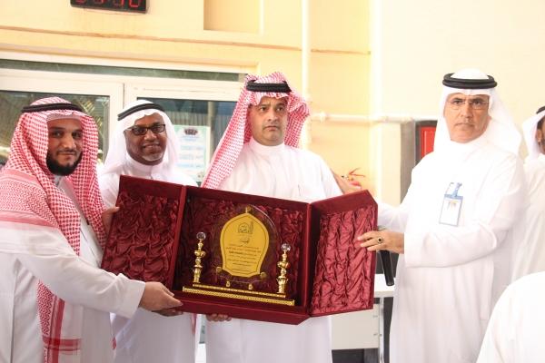 مديرعام المدارس الأستاذ/ حمدان العويضي يكرم قائد القسم الابتدائي
