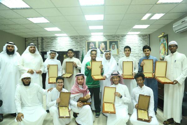 مكتب تعليم النسيم يكرم طلاب الأقصى المتميزين